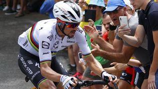 Le Français Julian Alaphilippe (Deceuninck-Quick-Step) avec son maillot de champion du monde lors de la 11e étape du Tour de France. (THOMAS SAMSON / AFP)