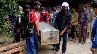 Des hommes portent le cercueil d'un manifestant décédé durant l'oppression militaire à Taunggyi (Birmanie), le 29 mars 2021. (STR / AFP)