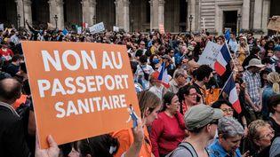 Une manifestation contre le pass sanitaire, le 17 juillet 2021 à Paris. (UGO PADOVANI / HANS LUCAS / AFP)