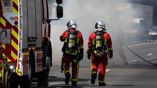 Des sapeurs-pompiers interviennent sur l'autoroute A6b, près du périphérique parisien, le26 juin 2020. (MAXPPP)