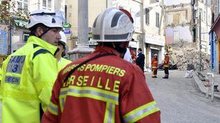Des sauveteurs interviennent sur le site de l'effondrement de deux immeubles qui se sont effondrés, le 5 novembre 2018, à Marseille. (GERARD JULIEN / AFP)
