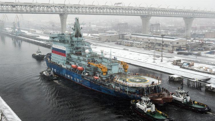 """Le brise-glace russe """"Arktika"""" de retour à Saint-Pétersbourg (Russie) après deux journées de test, samedi 14 février 2019. (OLGA MALTSEVA / AFP)"""