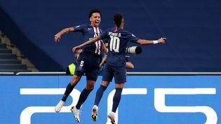 Le défenseur Marquinhos et l'attaquant Neymar célèbrent le premier but du PSG en demi-finale de la Ligue des Champions face au RB Leipzig, le 18 août 2020 à Lisbonne. (MANU FERNANDEZ / POOL)