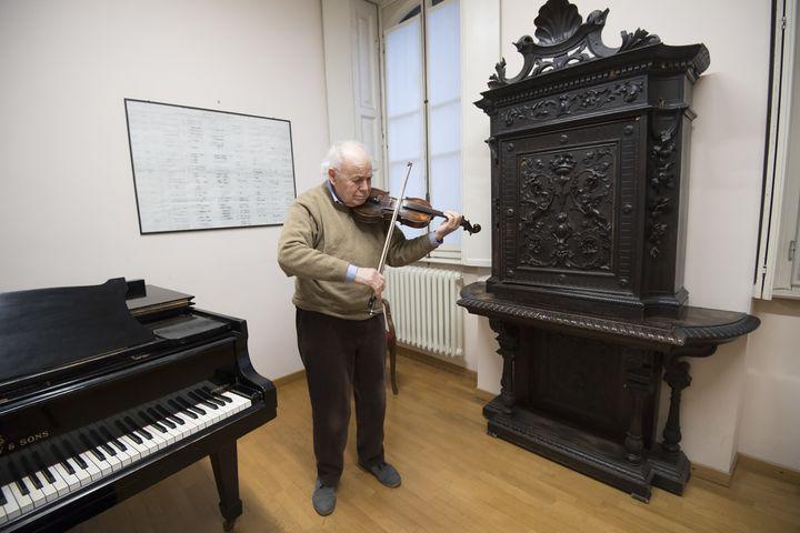 Renato Perversi, un violoniste à la retraite, à la Casa Verdi à Milan (13 février 2019)  (Miguel Medina / AFP)