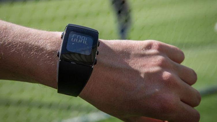 """La montre de l'arbitre central peut valider le but grâce aux caméras placées dans le but et au mot """"goal"""" qui lui est transmis sur une montre spéciale"""