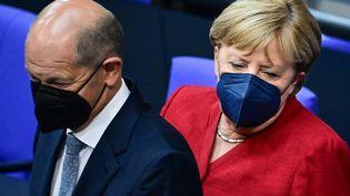 La chancelière allemande Angela Merkel et le vice-chancelier social-démocrate Olaf Scholz, ministre des Finances, le 25 août 2021 à Berlin (Allemagne). (TOBIAS SCHWARZ / AFP)
