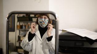 Une couturièremet un masque alternatif, le 6 avril 2020, à Marseille (Bouches-du-Rhône). (PATXI BELTZAIZ / HANS LUCAS / AFP)