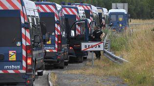 Des gendarmes à proximité de Redon (Ille-et-Vilaine), le 19 juin 2021. (LOIC VENANCE / AFP)
