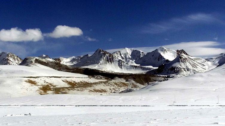 Vue sur la mine à ciel ouvert de Kumtor, dans les montagnes de Tien Shan, à environ 430 kilomètres à l'est de Bishkek, capitale Kirghize. (SHAMIL ZHUMATOV - REUTERS)