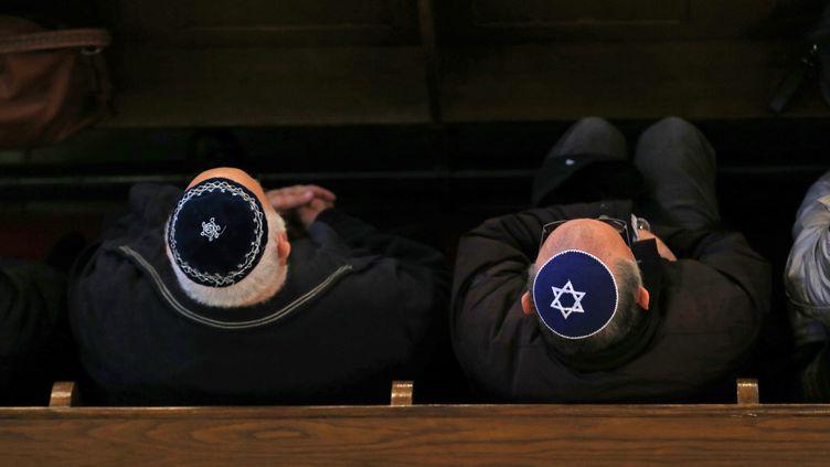 Des personnes juives à la synagogue de Mulhouse (Haut-Rhin), le 28 mars 2018. (MAXPPP)