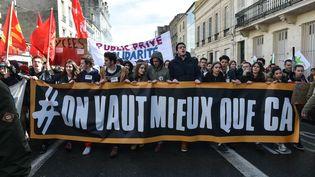 Des étudiants manifestant contre le projet de loi Travail, le 9 mars 2016 à Bordeaux (Gironde). (UGO AMEZ / SIPA)