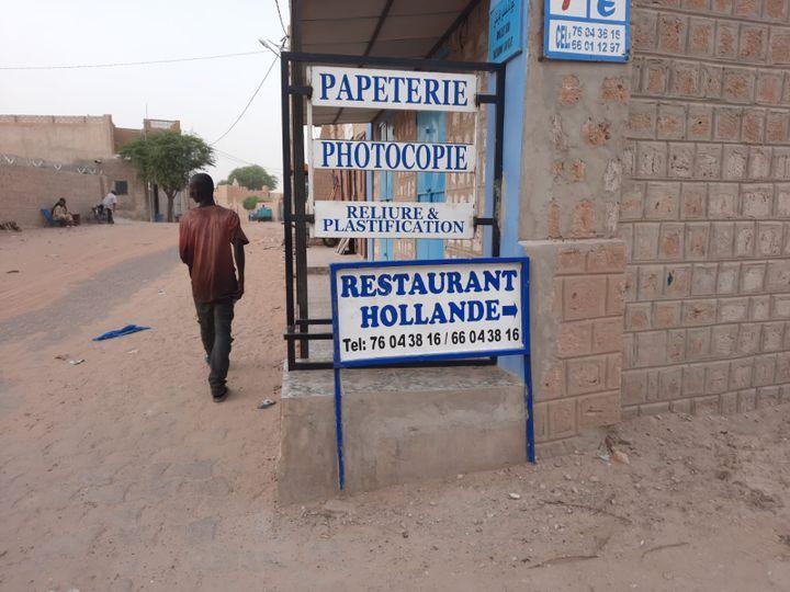Un restaurant de Tombouctou. C'est sous la présidence de François Hollande que la France s'est engagée au Mali, en 2013. (OMAR OUAHMANE / RADIO FRANCE)