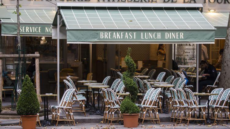 Une terrasse de café à Paris, le 31 juillet 2020. (MAXPPP)