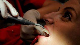 Le dentiste est accusé d'avoir soigné des patients sans anesthésie, laissant des outils ou des morceaux de pansement dans leurs gencives. (PHILIPPE HUGUEN / AFP)