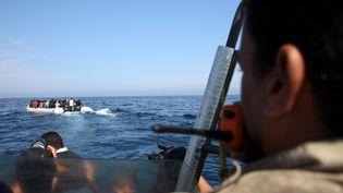 Des garde-côtes arrêtent, au large de la Libye,des migrants qui souhaitent rejoindre l'Europe, le 6 juin 2015. (HAZEM TURKIA / ANADOLU AGENCY / AFP)