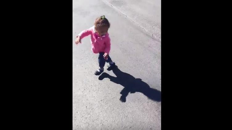 Capture d'écran montrant la petiteKiya a 15 mois, terrifiée par son ombre, septembre 2015, Etats-Unis (GUI VARREY / YOUTUBE )