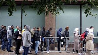 Une file de demandeurs d'asile à Bruxelles (Belgique), le 18 août 2015. (NICOLAS MAETERLINCK / BELGA MAG / AFP)