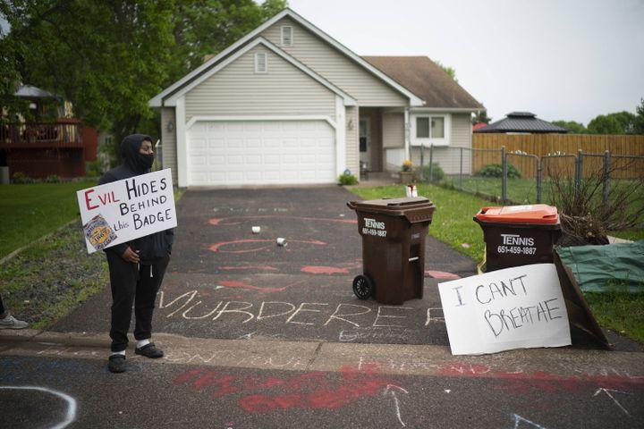 Un manifestant devant une maison présentée comme celle du policier Derek Chauvin, le 27 mai 2020 à Oakdale, dans le Minnesota. (MINNEAPOLIS STAR TRIBUNE / TNS / SIP / SIPA / SIPA USA)
