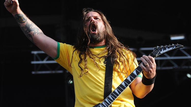 """Andreas Kisser, le guitariste de Sepultura au Hellfest, en 2014. Le concert du groupe brésilien sera rediffusé dans le cadre du """"Hellfest from home"""". (JEAN-SEBASTIEN EVRARD / AFP)"""