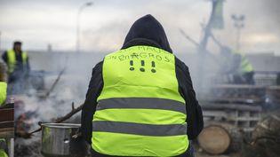 """Un """"gilet jaune"""" devant l'usine Monsanto de Trèbes (Aude), le 12 décembre 2018. (IDRISS BIGOU-GILLES / HANS LUCAS / AFP)"""