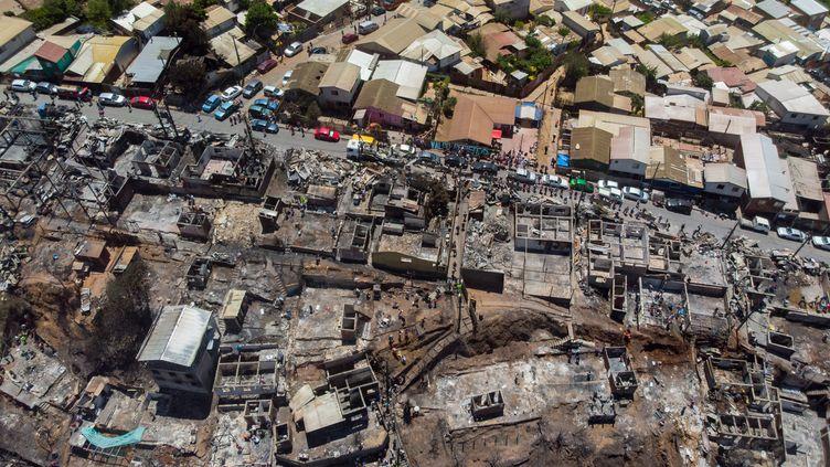 Quelque 150 maisons ont été dévastées par les flammes à Valparaiso, au Chili, mercredi 25 décembre 2019. (PABLO ROJAS MARADIAGA / AFP)