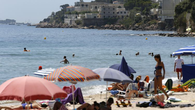 La plage de Vallauris-Golfe-Juan (Alpes-Maritimes) où l'enfant a été foudroyé (photo d'illustration prise le 26 juillet 2015). (VALERY HACHE / AFP)