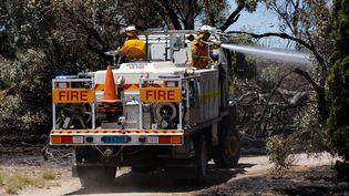 Des pompiers luttent contre un incendie à Kwinana, en Australie-Occidentale, le 4 janvier 2021. (TREVOR COLLENS / AFP)