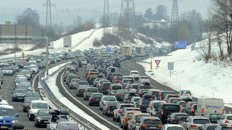 Des véhicules scirculent ur l'A43 entre Chambéry et Albertville, le 7 février 2015. (JEAN-PIERRE CLATOT / AFP)