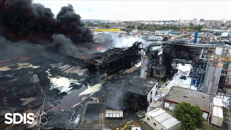 L'usine Lubrizol à Rouen en flammes, le 27 septembre 2019. (HO / SDIS / AFP)