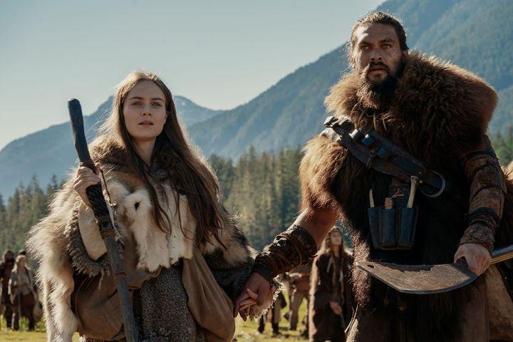 """Hera Hilmar (dans le rôle de Maghra) et Jason Momoa (Baba Voss) dans la série """"See"""". (APPLETV+)"""