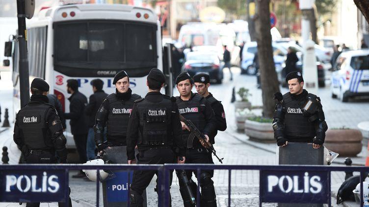 Des policiers sécurisent le quartier de la mosquée Bleue à Istanbul (Turquie), le 12 février 2016. (OZAN KOSE / AFP)