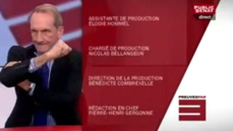 """Gérard Longuet fait un bras d'honneur lors du générique de l'émission """"Preuves par 3"""", le 30 octobre 2012 sur Public Sénat (capture d'écran). (PUBLIC SENAT / FTVI)"""