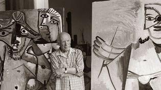 Picasso pose au milieu de ses toiles dans sa propriété de Mougins (1973)  (AFP)