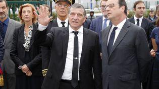 Michel Catalano, directeur de l'imprimerie deDammartin-en-Goele, montre au président de la République, François Hollande, son imprimerie remise à neuf, le 29 septembre 2016. (PHILIPPE WOJAZER / AFP)