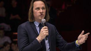 """Le directeur de la rédaction de """"Valeurs actuelles"""", Geoffroy Lejeune, lors d'un débat, à Paris, le 25 avril 2019. (LIONEL BONAVENTURE / AFP)"""