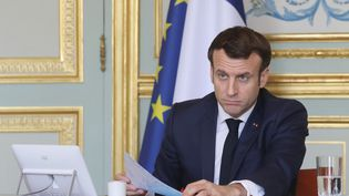 Le président de la République Emmanuel Macron lors d'une vidéoconférence à l'Elysée le 19 mars 2020. (LUDOVIC MARIN / AFP)