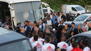 Les joueurs de l'AC Ajaccio et du Havre se font face après que le bus de ces derniers a été ciblé par des projectiles lancés par des supporters corses, avant un match de pré-barrage pour l'accession en Ligue 1, le 18 mai 2018 à Ajaccio. (MAXPPP)