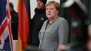 La chancelière Angela Merkel attend l'arrivée de la Première ministre britannique Theresa May, à Berlin (Allemagne), le 11 décembre 2018. (CHRISTIAN MARQUARDT / AFP)