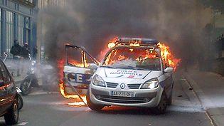 Une voiture de police incendiée, le 18 mai 2016 à Paris. (THIBAULD MALTERRE / AFP)