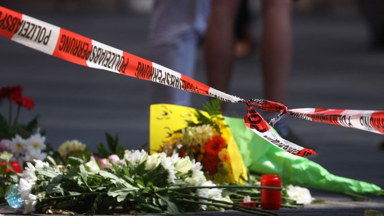 Des fleurs déposées devant une boutique deWurtzbourg (Allemagne) le 26 juin 2021,au lendemain del'attaque meurtrière au couteau. (KARL-JOSEF HILDENBRAND / DPA / AFP)