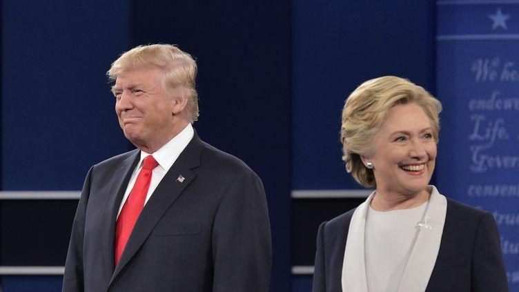 Les candidats Donald Trump et Hillary Clinton lors du second débat de l'élection présidentielle américaine, à Saint-Louis (Missouri), le 9 octobre 2016. (MANDEL NGAN / AFP)