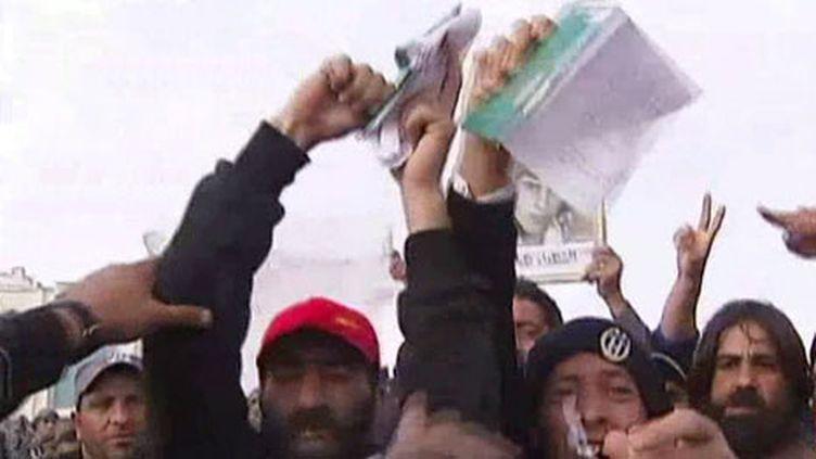Des manifestants, à Tobrouk, déchirent le Livre vert de Kadhafi (22 février 2011) (F2)