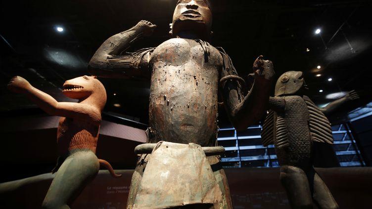 Trois statues originaires du royaume du Dahomey (aujourd'hui le Bénin), datant vraisemblablement du XIXe siècle et exposées au musée du Quai Branly à Paris. Photo prise le 23 novembre 2018. (PHILIPPE WOJAZER / X00303 / REUTERS)