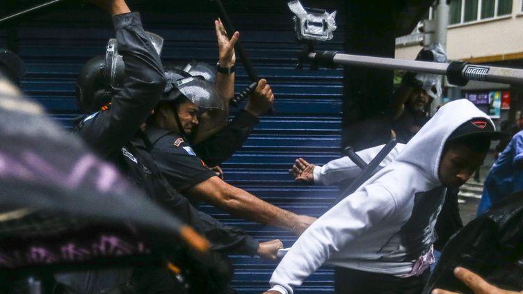 (La police brésilienne évacue une favela de Rio de Janeiro le 24 avril 2014 ©maxPPP)