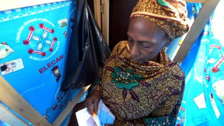 Dans un bureau de vote de Yaounde, dimanche 9 octobre. (SEYLLOU / AFP)