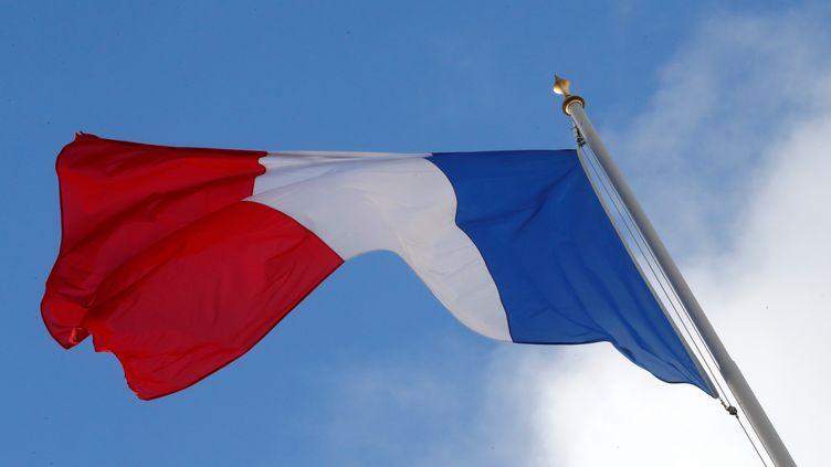 Un drapeau français au-dessus du palais de l'Elysée, le 10 décembre 2018 à Paris. (PHILIPPE WOJAZER / REUTERS)