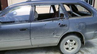 La voiture dans laquelle se trouvait lesdeux journalistes prises pour cibles par un policier afghan estcriblée de balles, le 4 avril 2014 dans la province de Khost (est de l'Afghanistan). (REUTERS)