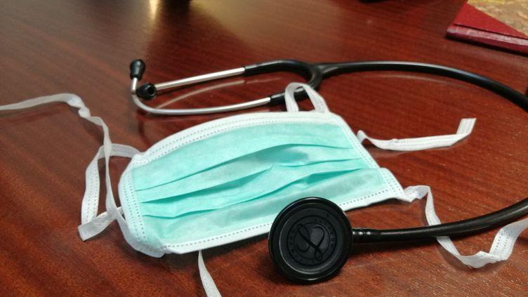 Un stéthoscope et un masque dans un cabinet médical. (photo d'illustration) (CYRILLE ARDAUD / FRANCE-BLEU ORLÉANS)