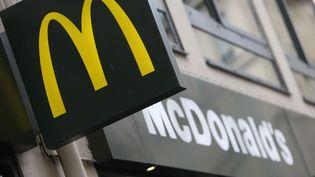 L'enseigne d'un restaurant McDonald's, le 22 janvier 2014, à Paris. (KENZO TRIBOUILLARD / AFP)