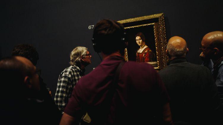 Exposition Leonard de Vinci au Louvre, visiteurs devant 'La Belle Ferronniere' (1490)lors d'une nocturne le 21 février 2020 (LUCAS BARIOULET / AFP)